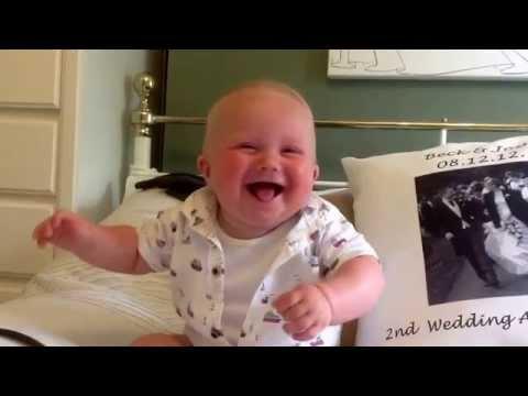התינוק שמתגלגל מצחוק בכל פעם שאביו משמיע לו קול