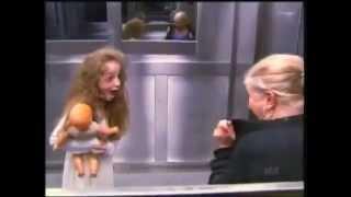 Skrytá kamera - ľudia vo výťahu a malé dievča zo záhrobia