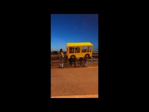 العرب اليوم - شباب يتنكّرون بزي حافلة ليتمكّنوا مِن عبور جسر في روسيا