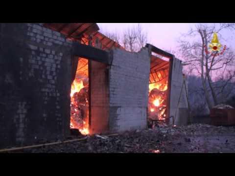 Incendio alla cartiera, fiamme ancora da domare