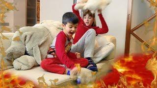 Денис играет с подругой в Пол это Лава