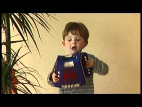 Justus spielt Akkordeon und singt