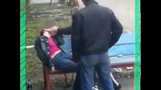 Бабка бьет пьяного мужика