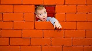 Дети как СТРОИТЕЛИ...Играем детскими кирпичами.Funny Baby play BUILDER...Entertainment for children.
