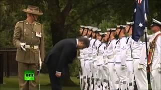Пьяный Порошенко кланяется почетному караулу в Австралии!!