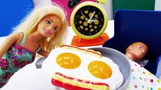 Барби готовит завтрак для Кена. Мультик с куклами