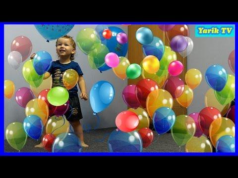 Воздушные шарики. Ребенок играет воздушными шариками