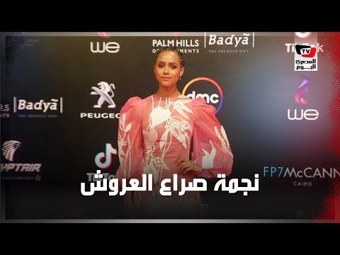 نجمة صراع العروش «ناتالي إيمانويل» على السجادة الحمراء بختام مهرجان القاهرة السينمائي