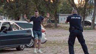 Policja ich zatrzymała i skuła kajdankami, a następnie on się oświadczył! [Zaskocz mnie!]