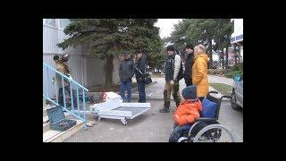 Только после вмешательства главы Анапы инвалиду-колясочнику у подъезда установили пандус.