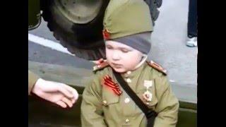 9 мая 2016 г. Омск. Парк Победы. Ребёнок-солдатик )) . Защитник Родины !