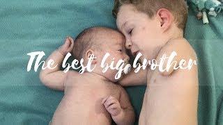 Piękne i wzruszające nagranie! Chłopiec bez rączek otacza opieką swojego młodszego braciszka. (WIDEO