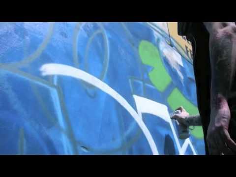 """Dipingo sui muri con lo spray"""