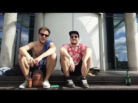Mayomann & Backfischboy - Hawaiihemd und Flip-Flops