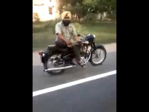 邊看報紙邊騎車