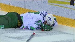 Анкудинов лезет на ворота и получает травму / Ankudinov injured in collision with boards