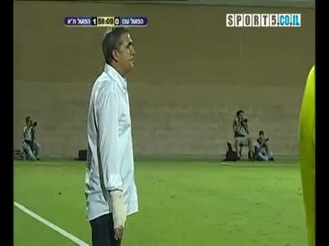 Giocatore di calcio colpisce e rompe la mano del suo allenatore