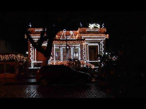 Casarão decorado em rua de Nova Friburgo encanta pela iluminação durante a noite