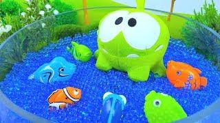 Ам Ням. Детское видео - кормим рыбок и уточку.