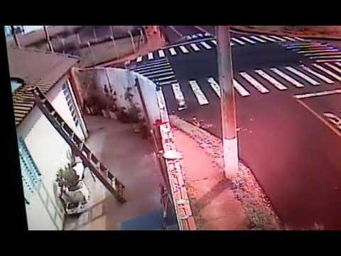 Motorista embriagado é detido após bater carro em muro