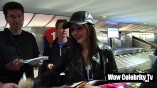 Виктория Джастис, Виктория Джастис раздает автографы и фотографируется с фанатами в аэропорту LAX (25 апреля).