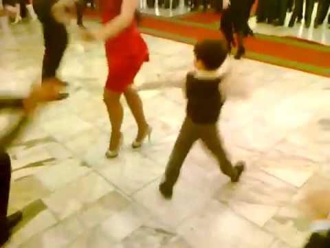ילד קטן בריקוד מסורתי קווקזי מרשים