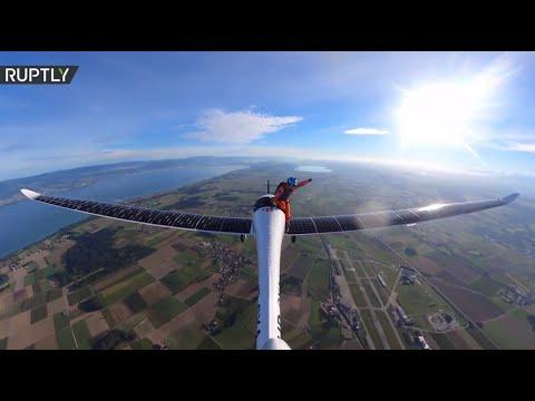 العرب اليوم - شاهد: أول قفزة مظلية في التاريخ من طائرة تعمل بالطاقة الشمسية