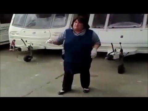 Frau leert Campingtoilette