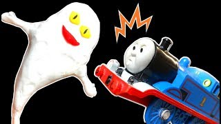 きかんしゃトーマスプラレール 踏切線路におばけ電車!ねないこだれだ スライム粘土で遊ぶよ!Thomas&friend
