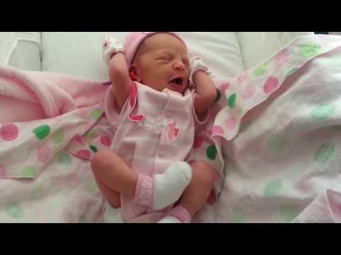 Yenidoğan bebek uyanırken esneyip geriniyor