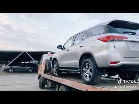 Транспортировка два новых автомобиля в другой город