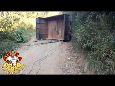 Caminhão tomba na Estrada dos Caetanos