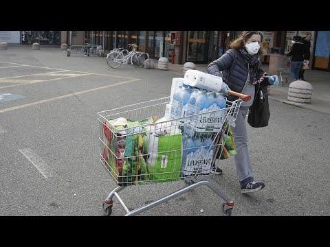 Leere Regale – volle Einkaufswagen