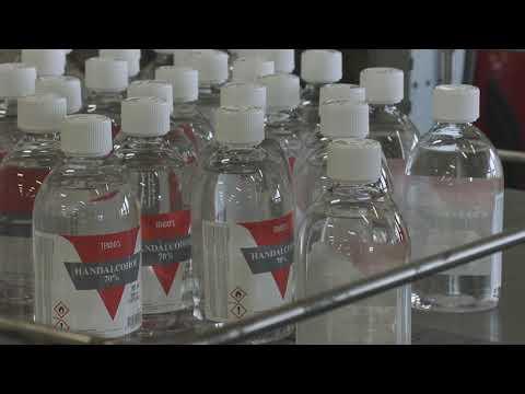 Dagelijks 16.000 flesjes handalcohol van de lopende band