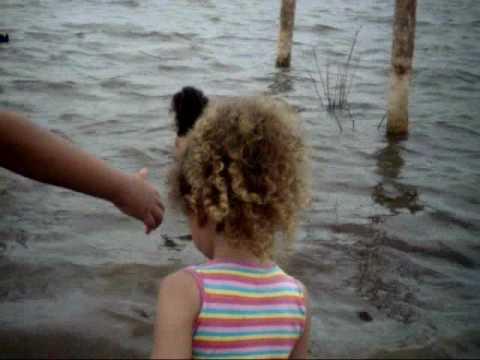 Crianças brincando na rio