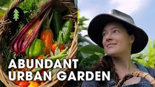 ¡Una mujer inspiradora que cultiva diversos alimentos en su patio!