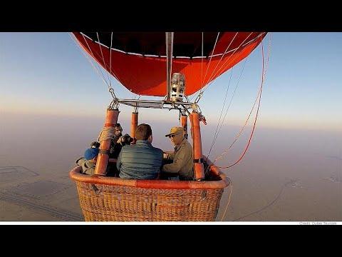 Με έναν πετρίτη σε αεροστάτο πάνω από την έρημο του Ντουμπάι…