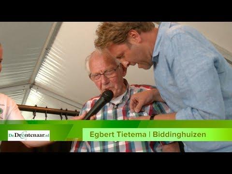 Dorpsbelangen Biddinghuizen overhandigt 'gouden ijsvogel' tijdens najaarsvergadering