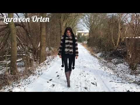 Lara walking in snow Spaziergang im Schnee mit high heels Plateau Stiefel platform boots fur jacket
