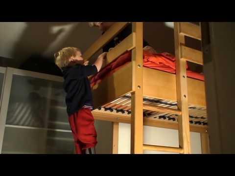 Kai klettert auf Stockbett