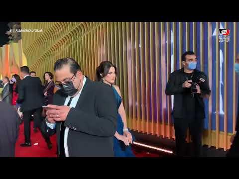 الفنانة درة ترفض التقاط الصور مع المعجبين في مهرجان القاهرة السينمائي