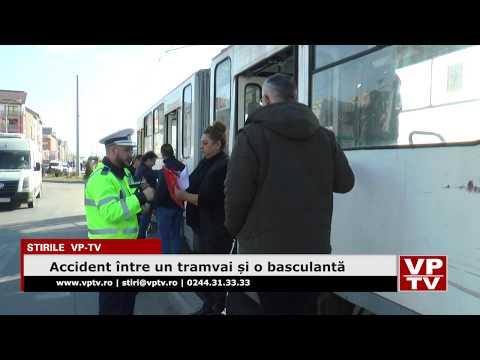 Accident între un tramvai și o basculantă