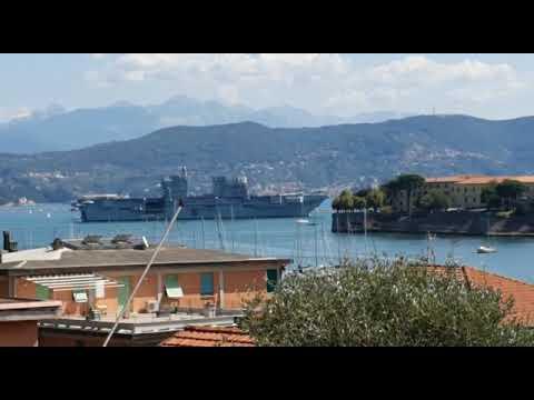 """Nave """"Trieste"""" lascia il Golfo dei Poeti per raggiungere Palermo"""