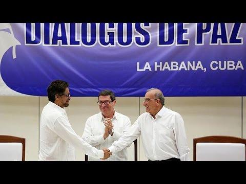 La poignée de main est lourde de sens : elle scelle la fin de 52 années de guerre civile en Colombie.