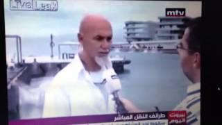 Mann fällt ins Wasser