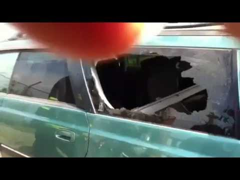 Rozbijanie szyby samochodowej palcem