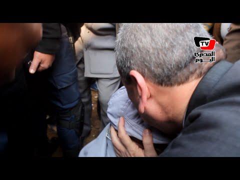 محافظ دمياط يقبل رأس مواطن أثناء تفقده أعمال «الرصف» بالمحافظة