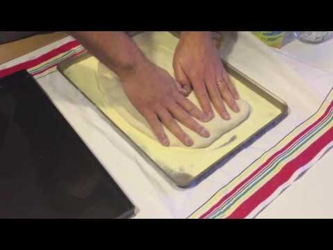 Stesura della pizza in teglia romana
