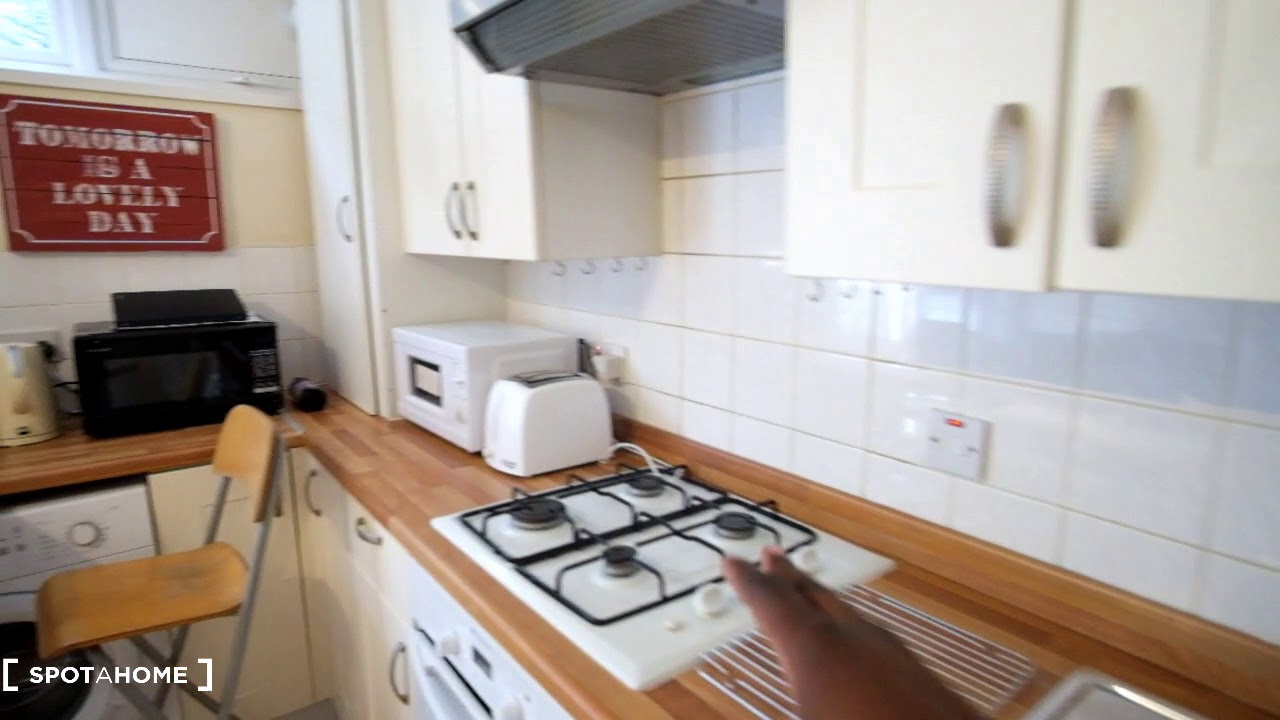 Double bed in Sunny rooms to rent in charming flatshare with garden in Putney