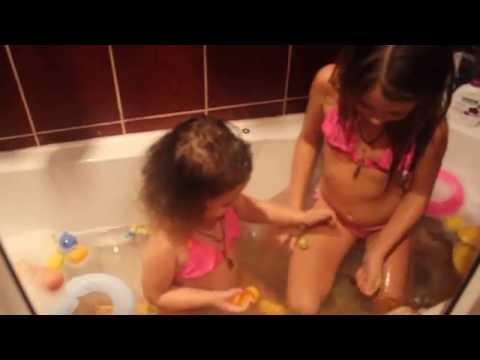 Игры. Купание. Камила и Каролина  купаются и играют в ванной